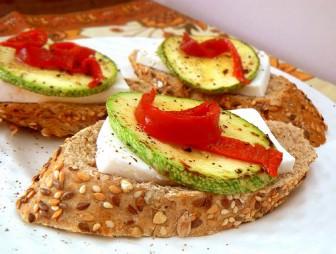 Peynirli Sebzeli Ekmek Dilimi tarifi