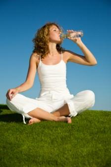 """Su içmekle ilgili bir inanış: """"Suyu oturarak iç, ayakta içme"""""""