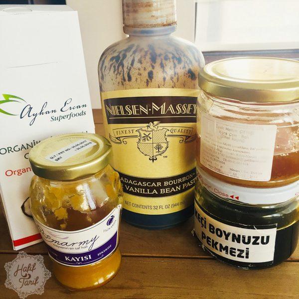 şekersiz kayısı püresi, vanilya özütü, madagascar vanilla extract, organik hindistan cevizi unu, keçiboynuzu pekmezi, çam balı